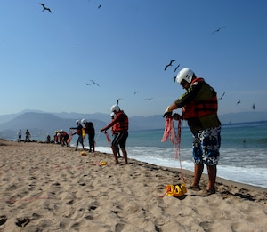 First responders from the Mexican states of Jalisco and Michoacán practice rope-throwing techniques during water search and rescue training in Puerto Vallarta, Mexico, March 22, 2017. U.S. Northern Command donated equipment and conducted a week of exercises for Mexican first responders to enhance their water search and rescue techniques. (Photo by U.S. Air Force 1st Lt. Lauren Hill/Released)