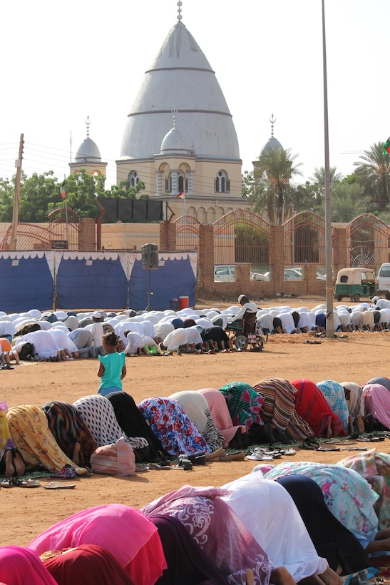 Ansar praying near the Madhi's tomb during ceremony for Eid al Adha.