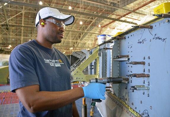 Jermaine Carson, Aircraft Mechanic, manipulates the aileron manifold on the C-5 Galaxy May 3, 2017, at Robins Air Force Base, Ga. (U.S. Air Force photo by Tech. Sgt. Kelly Goonan)