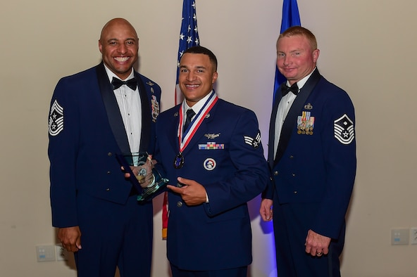 Senior Airman Lorenzo Ross, 2nd Space Warning Squadron mission crew chief, receives the Airman Leadership School Leadership Award May 11, 2017, on Buckley Air Force Base, Colo. ALS is a course where Airmen learn supervisory skills necessary to succeed in the Air Force. (U.S. Air Force photo by Airman Jacob Deatherage/Released)
