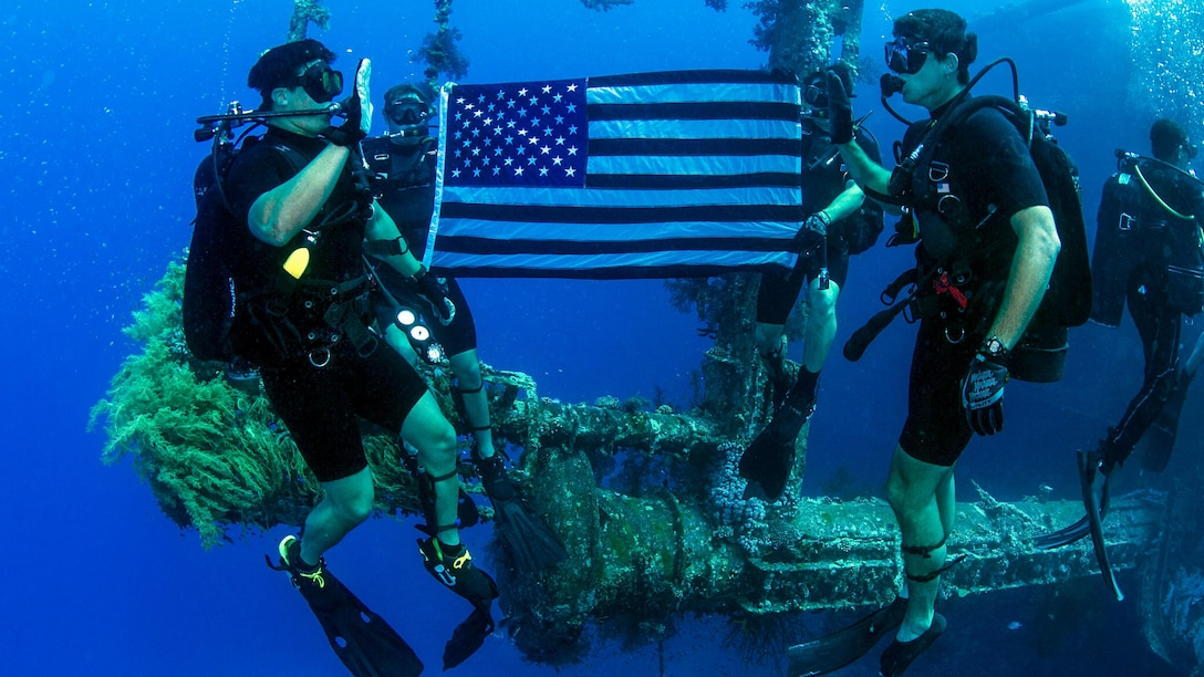 Navy Petty Officer 1st Class Jiyhouh Ly, left, re-enlists while under water during a training dive with the Royal Jordanian Navy off the coast of Amman, Jordan, May 18, 2017, as part of exercise Eager Lion 17. About 7,200 military personnel from more than 20 nations participated in the 2017 iteration of the exercise. Navy photo by Petty Officer 2nd Class Austin L. Simmons