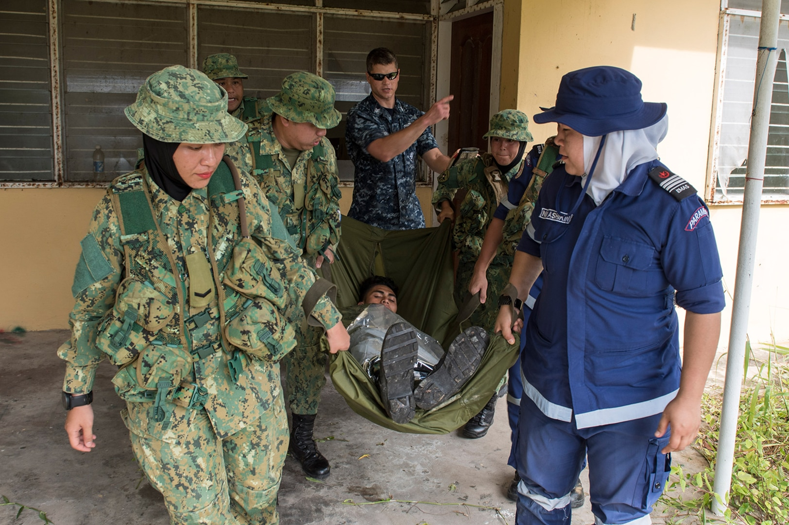 Royal Brunei, U.S. military medics train together during Cooperation Afloat and Readiness Training Brunei 2017