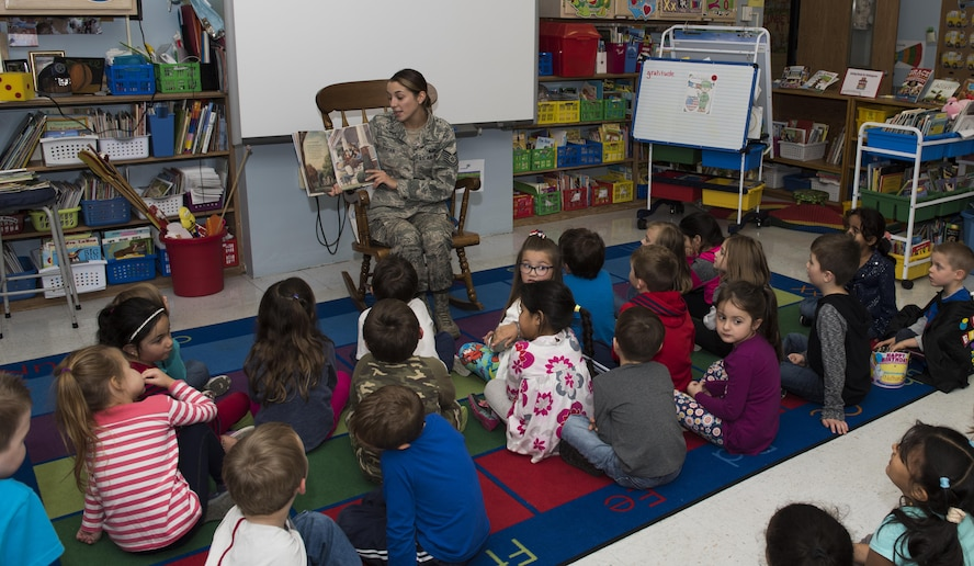 914th Reserve Citizen Airmen visit Hoover Elementary