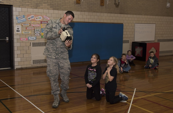 914th Reserve Citizen Airmen visit Hoover Elementary
