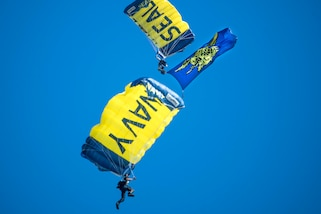 The U.S. Navy parachute team, the Leap Frogs, participate in demonstrations in Florida, Nov. 4, 2017. Photos by Navy Petty Officer 3rd Class Kelsey L. Adams