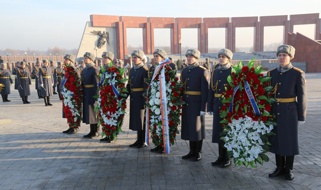 The delegates of the 21st Plenum of the U.S. – Russia Joint Commission on POW/MIAs (USRJC) visited the Federal Military Memorial Cemetery. They laid wreaths at the monument of the Unknown soldier to honor those who lost their lives in WWII and other military conflicts.