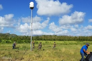 Military personnel stand up radar.