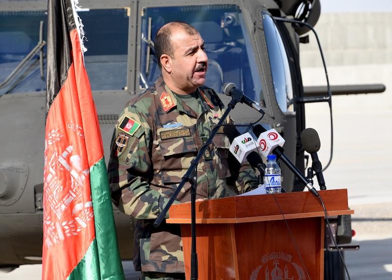 القوات الأفغانية تتسلم 4 مروحيات بلاك هوك من واشنطن - صفحة 2 171120-F-YR527-030