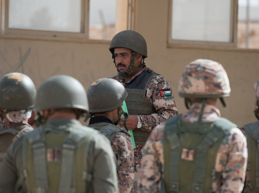 Jordanian officer speaking to Soldiers.