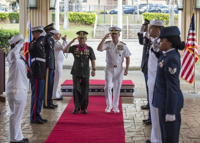 CAMP H.M. SMITH, Hawaii (Sept. 28, 2018)—Adm. Harry Harris, Commander of U.S. Pacific Command (PACOM), and Gen. Eduardo Año, Chief of Staff for the Armed Forces of the Philippines, are welcomed at PACOM headquarters during an honors ceremony. During Año's two-day visit to PACOM, he and Harris will meet to discuss changes to the Mutual Defense Board and Security Engagement Board. The Mutual Defense Board provides direct liaison and consultation on military matters of mutual concern to develop and improve both countries' common defense. The Security Engagement Board provides the framework and mechanism for continuing liaison and consultation on non-traditional threats to security such as terrorism, transnational crimes, maritime security, and natural and man-made disasters. (U.S. Navy photo by Mass Communication Specialist 2nd Class James Mullen/Released)