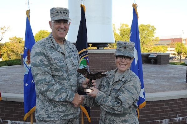 Maj. Heather Mahowald, individual mobilization augmentee to the chief of joint force development, receives the Air Force Personnel Field Grade Officer of the Year award for 2016 from U.S. Air Force Gen. John Hyten, commander of U.S. Strategic Command, during an awards ceremony at USSTRATCOM headquarters at Offutt Air Force Base, Neb., Sept. 28, 2017.