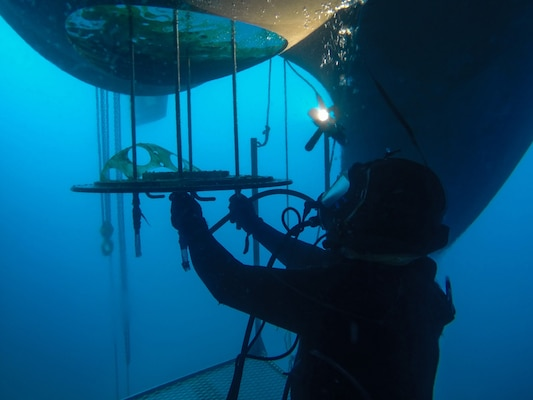 Image: Diver performing repairs on USS Carney (DDG 64)