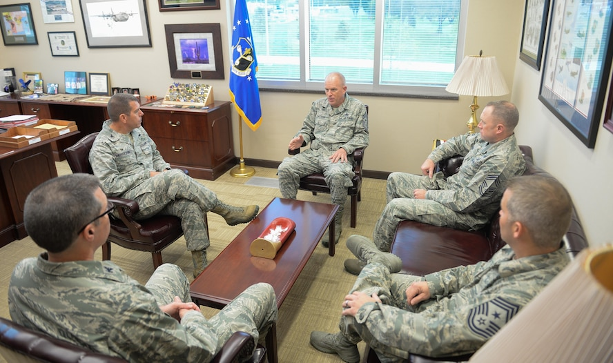 Command Chief Master Sgt. Frank Batten III, center, Air Combat Command's command chief, speaks with senior leaders of the 557th Weather Wing, including Col. Steven Dickerson, 557th WW commander, second from left, at Offutt Air Force Base, Oct. 4, 2017. Batten came to Offutt to see and experience all the base had to offer, and to meet the Airmen that drive the mission.
