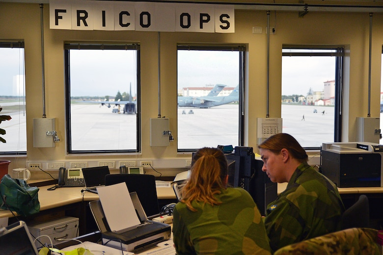 The Command and Control Operations Cell, in the background the two SAC C-17's. Photo: HAW / Henrik Gebhardt