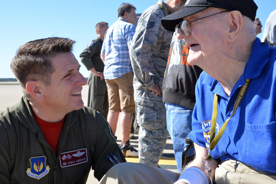 """U.S. Air Force Col. Christopher Amrhein, 100th Air Refueling Wing commander, speaks to Frank """"Bud"""" Buschmeier during the opening event of the 100th Bomb Group Foundation reunion at Washington Dulles International Airport, Va., Oct. 19, 2017. Buschmeier is a World War II veteran who flew on 34 missions over Europe. (U.S. Air Force photo/Tech. Sgt. David Dobrydney)"""