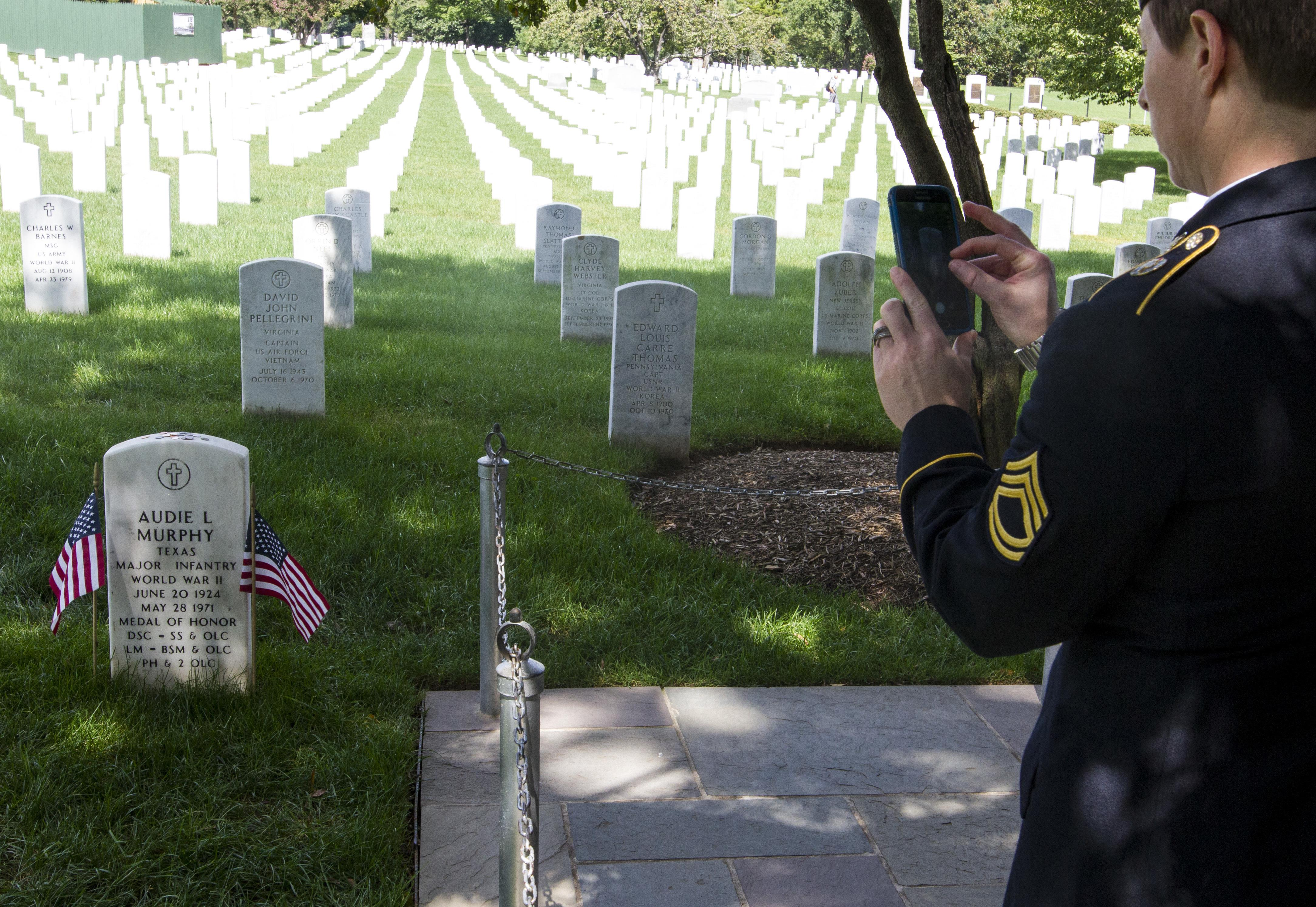 military police sergeants pay visit respect to arlington national