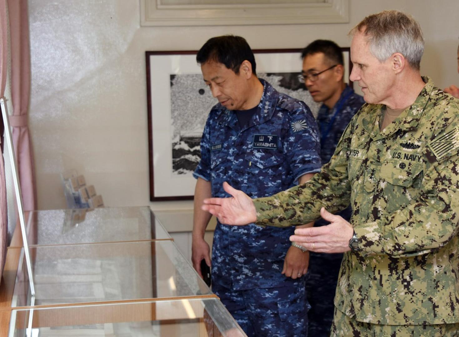 U.S. 7th Fleet Admiral Visits JMSDF Maizuru District Headquarters