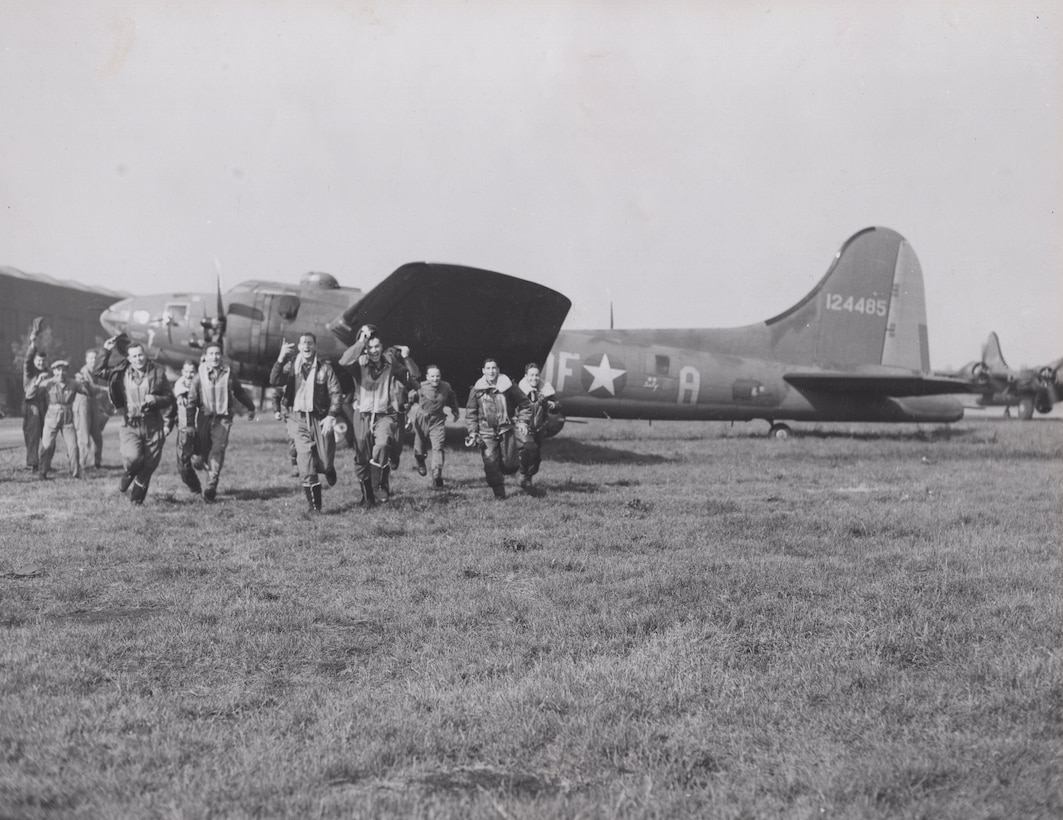 Memphis Belle crew and ground crew celebrating the completion of the tour.