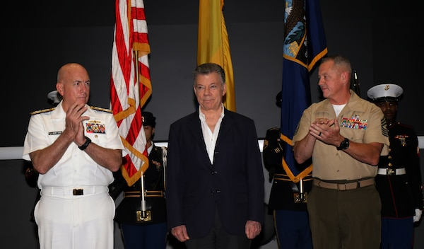 Military leaders applaud Colombian President Juan Manuel Santos