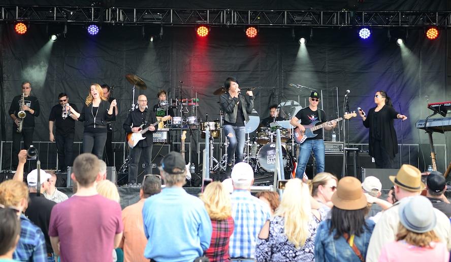 Gary Sinise, Lt. Dan Band rock Team Beale