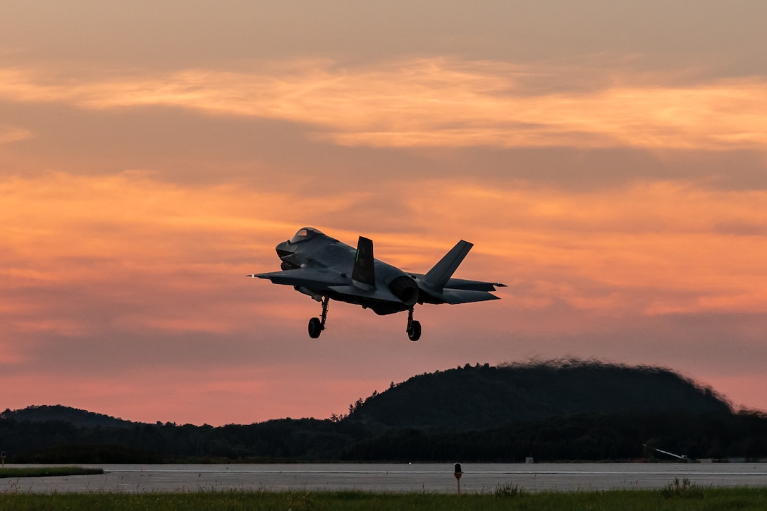 An F-35 assigned to the 31st Test and Evaluation Squadron takes off from Edwards AFB, Calif. The 31st TES kicked off the DoD's F-35 Initial Operational Test and Evaluation with a large force employment sortie Dec. 5. (Photo by Scott Wolfe)
