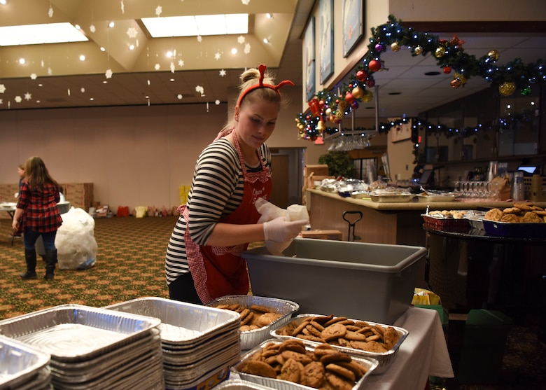 A volunteer separates cookies into pans before bagging during Operation Sweet Treat at Osan Air Base, Republic of Korea, Dec. 10, 2018. Volunteers sorted, bagged, and counted over 50,000 cookies and treats in preparation for their delivery to almost every U.S. base on the Korean Peninsula. (U.S. Air Force photo by Airman 1st Class Ilyana A. Escalona)