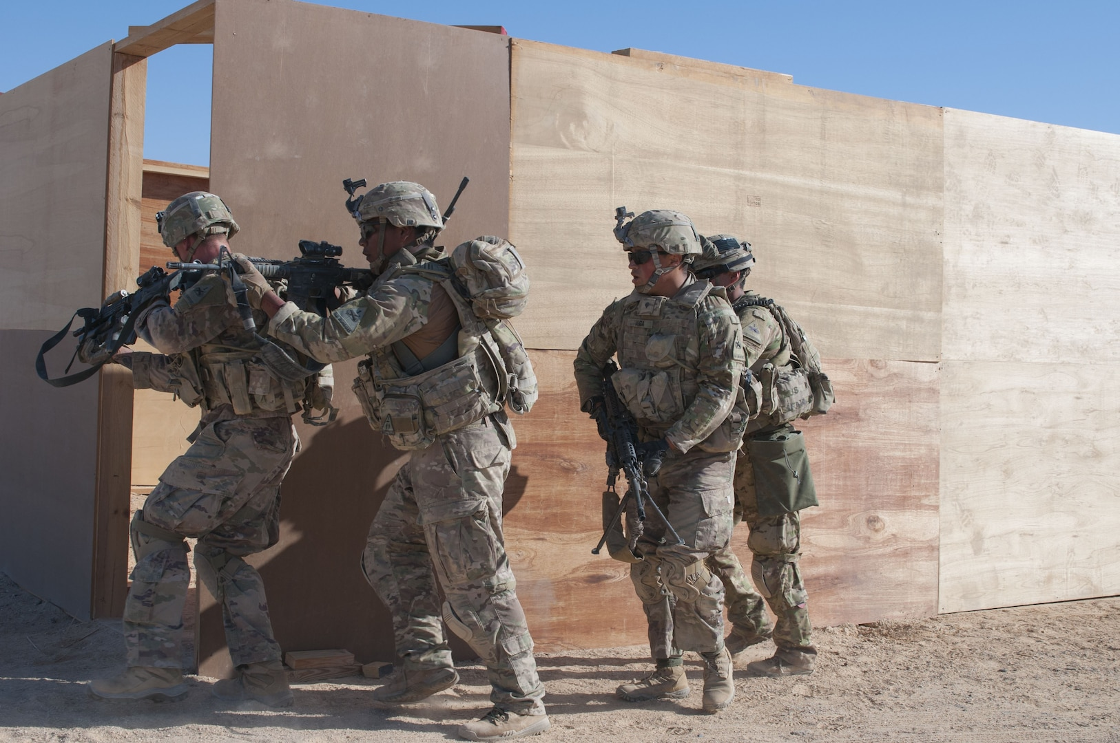 Infantry squad with 2nd Armored Brigade Combat Team, 1st Armored Division, assaults first of two buildings during platoon live-fire lane, January 28, 2018, during Omani-U.S. exercise Inferno Creek 2018, near Thumrait, Oman (U.S. Army/David L. Nye)