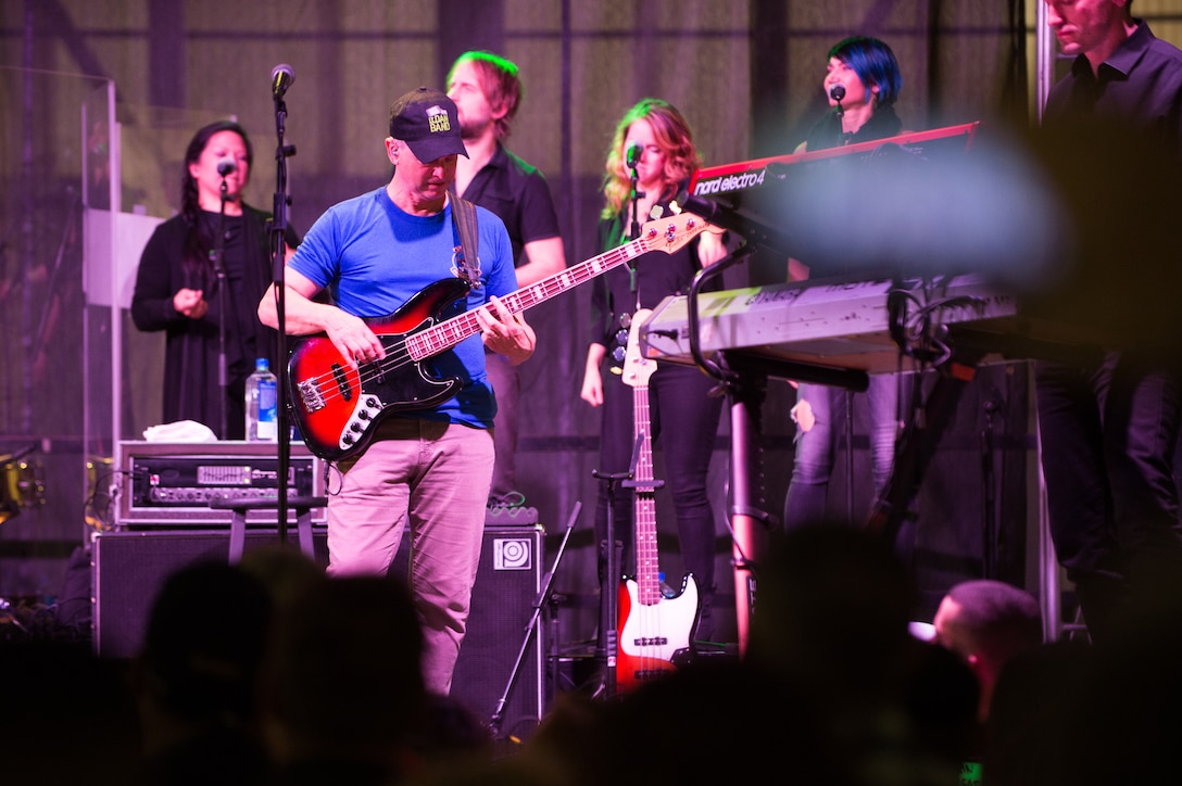 Gary Sinise, Lt. Dan Band rock the hangar