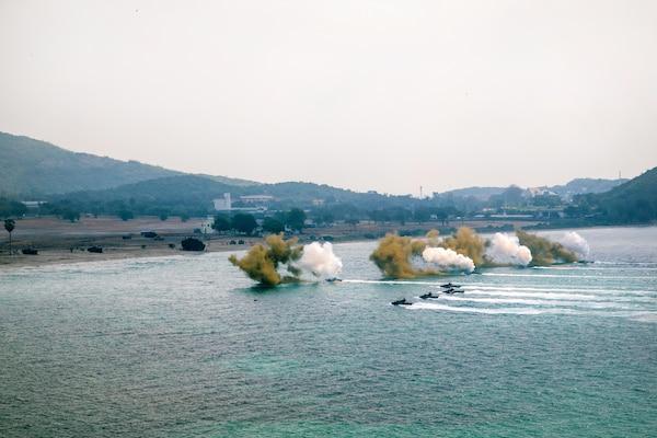 U.S. and South Korean Marines conduct an amphibious assault during Cobra Gold 18.