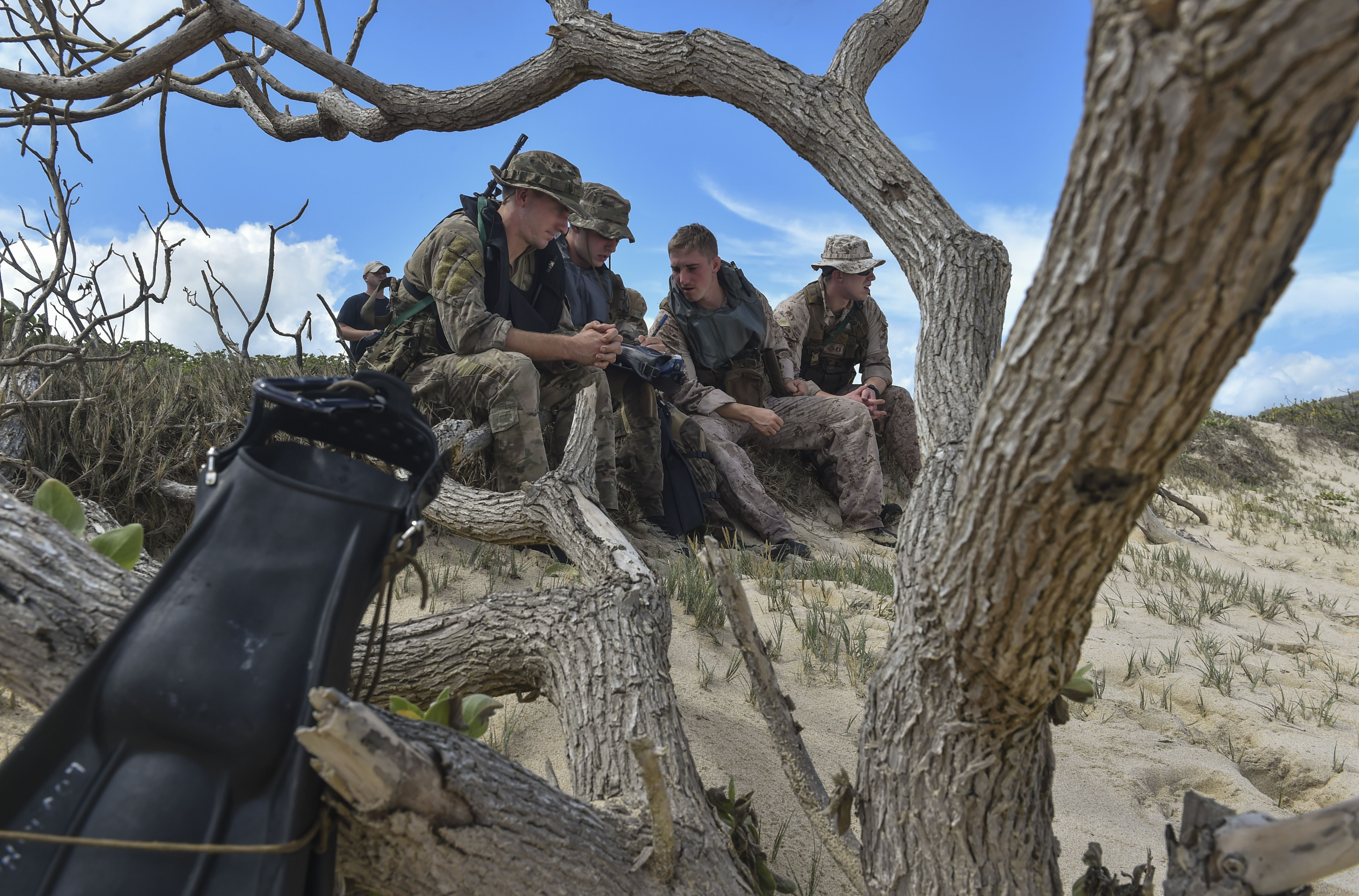 Recon Marines, Special Tactics groom joint ground leaders > U S  Air