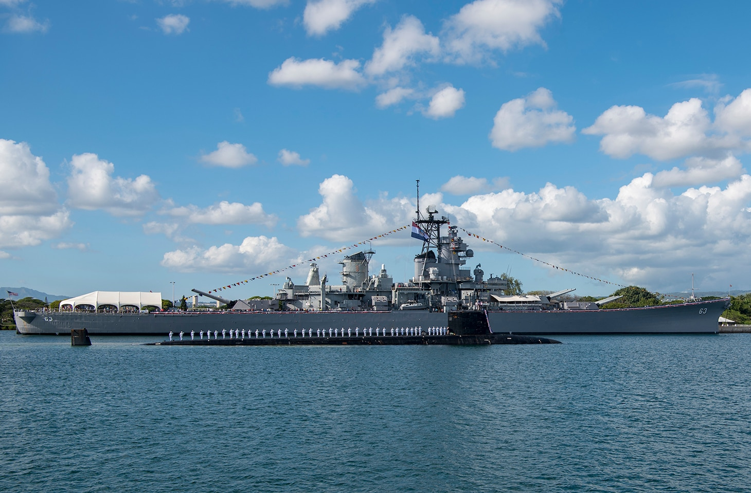 180126-N-LY160-0234 PEARL HARBOR, Hawaii (January 26, 2018) The crew of the Virginia-class fast-attack submarine USS Missouri (SSN 780) render honors to the Battleship Missouri Memorial following a homeport change from Groton, Connecticut. (U.S. Navy photo by Mass Communication Specialist 2nd Class Michael H. Lee/ Released)