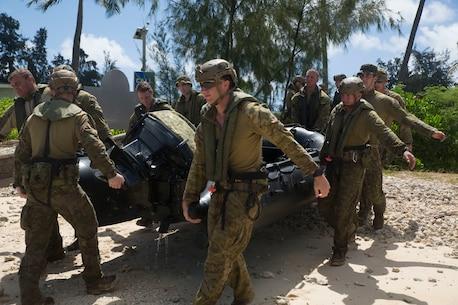 Australian soldiers, U.S. Marines prepare for helo cast drills during RIMPAC