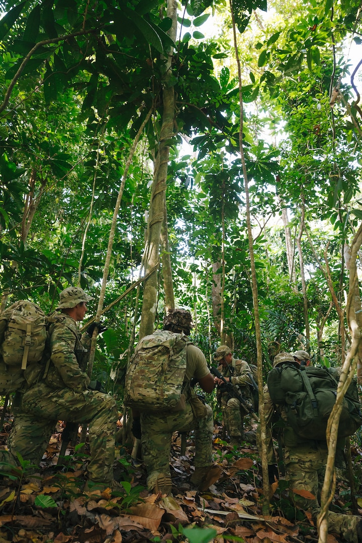 U.S. Army Special Forces reconnaissance team with U.S. Special Operations Command South prepares for patrol during Joint Combined Exchange Training culmination exercise with Panamanian security forces in Colon, Panama, February 1, 2018 (U.S. Army/Osvaldo Equite)