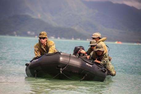 Australians, Philippines conduct beach insertions during RIMPAC