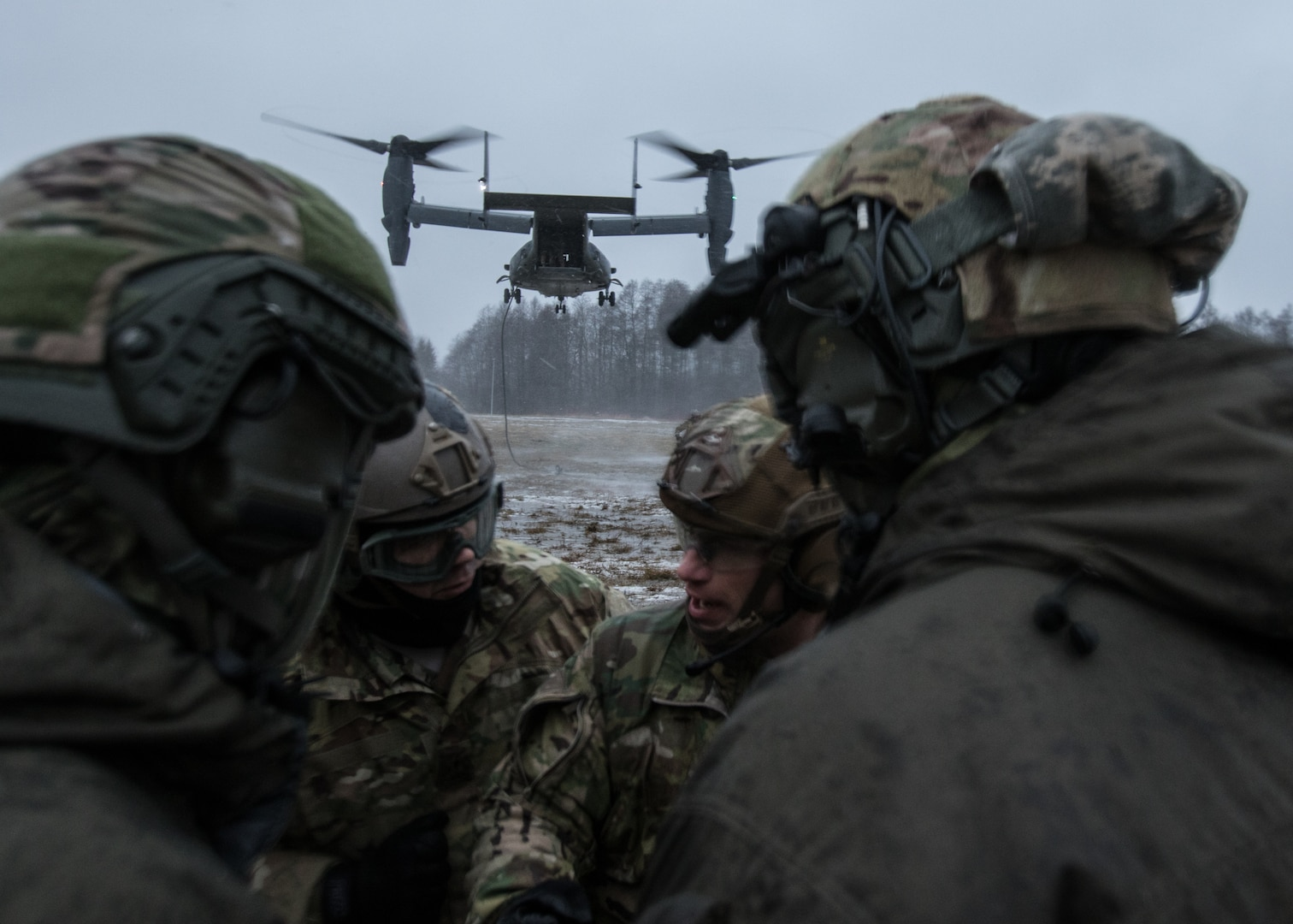Estonian and U.S. special operations forces consolidate after fast rope training from U.S. Air Force CV-22 Osprey, assigned to 352nd Special Operations Wing, near Amari, Estonia, December 12, 2017 (U.S. Army/Matt Britton)
