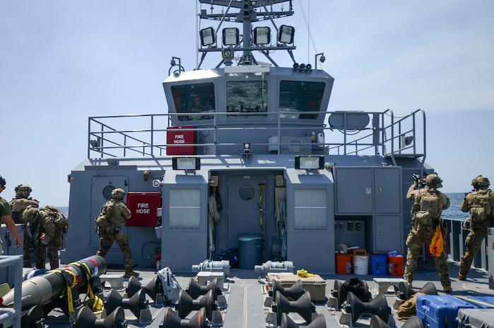 Coast Guard, Canadian EOD Specialists Train to Mitigate Maritime Threats