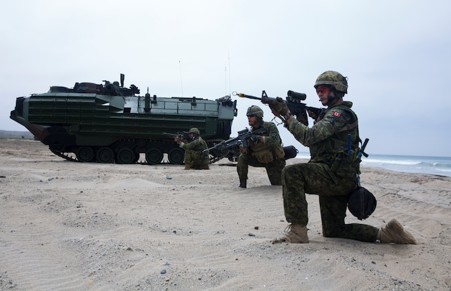 Canadian soldiers team up with U.S. Marines for amphib raid during RIMPAC