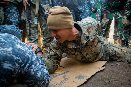Sri Lankan and U.S. Marine arm wrestle during RIMPAC
