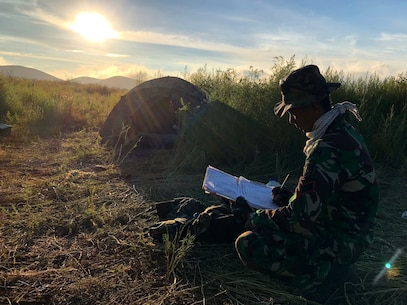 Indonesian Marine calculates firing data during RIMPAC