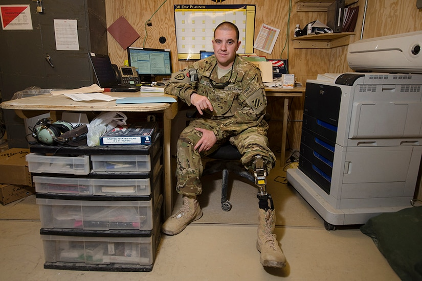 A soldiers shows his prosthetic leg.