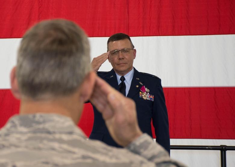 442 MXG commander retires