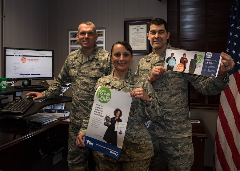 U.S. Air Force Col. Sean Tyler, 633rd Air Base Wing commander makes his Combined Federal Campaign pledge with the assistance of Senior Master Sgt. Erica Rose and 1st Lt. Kevin MoyaMckay, installation campaign managers, at Joint Base Langley-Eustis, Virginia, Oct. 9, 2018.