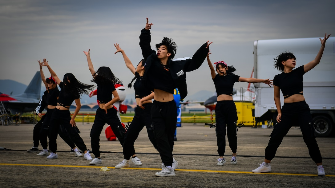 Dancers kick off the second day of the Gyeongnam Sacheon Air Expo by giving the audience an exciting show at Sacheon Air Base, Republic of Korea, Oct. 26, 2016.