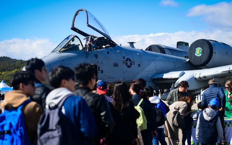 A line of air show attendees forms at the 25th Fighter Squadron's A-10 Thunderbolt II display at the Gyeongnam Sacheon Aerospace Expo at Sacheon Air Base, Republic of Korea, Oct. 25, 2018.