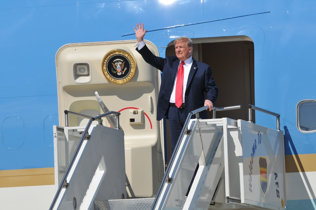 U.S. President Donald J. Trump waves to the crowd as he exits Air Force One at Joe Foss Field, Sioux Falls, S.D. Sep. 7, 2018. Trump was in the city to speak at a fundraising event for South Dakota gubernatorial candidate Kristi Noem. (U.S. Air National Guard photo Senior Master Sgt. Nancy Ausland)