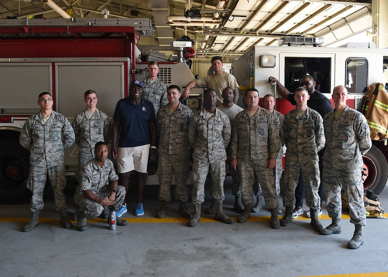 NFL Hall of Famers visit Osan Air Base