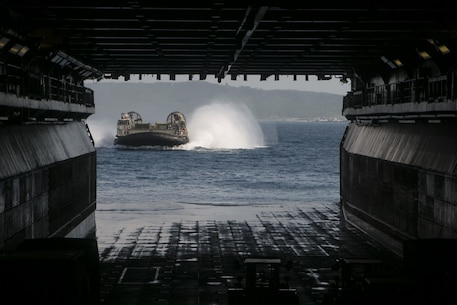 A Landing Craft, Air Cushion hovercraft approaches the well deck of the amphibious assault ship USS Wasp (LHD 1) while underway in the Pacific Ocean, Aug. 24, 2018.