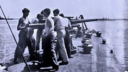 Sailors man the forward gun on USS Smith (DD-17), circa 1917. (Historical Navy photo)