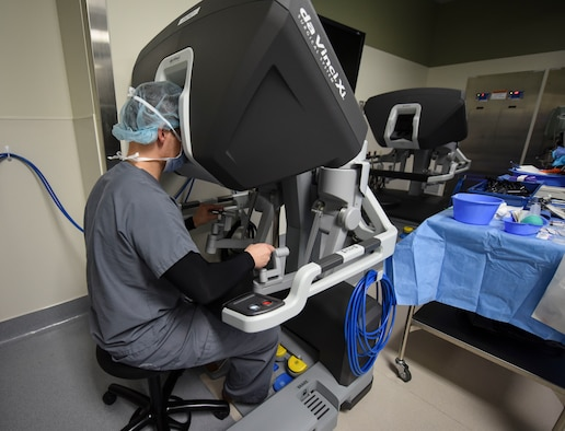 Surgeon performs surgery using the da Vinci Surgery System.