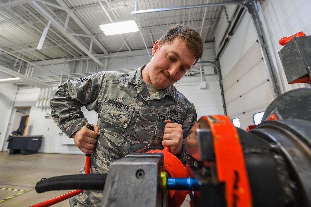 5th MXS pneudraulics Airmen work well under pressure
